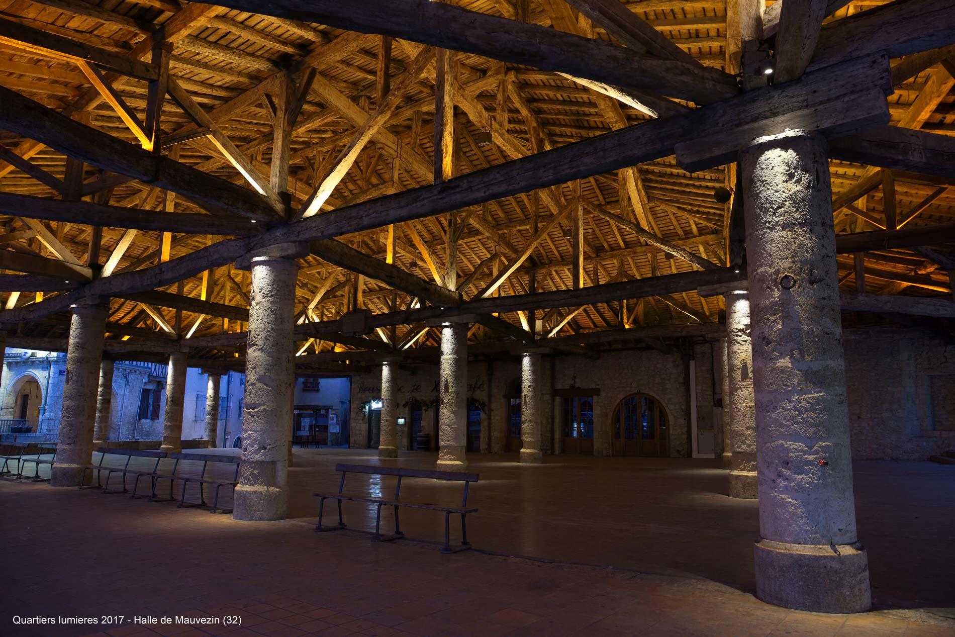Mise en lumière de la halle et de l'église de Mauvezin. Une alliance de températures de couleurs est utilisée afin de mettre lumière cette structure.