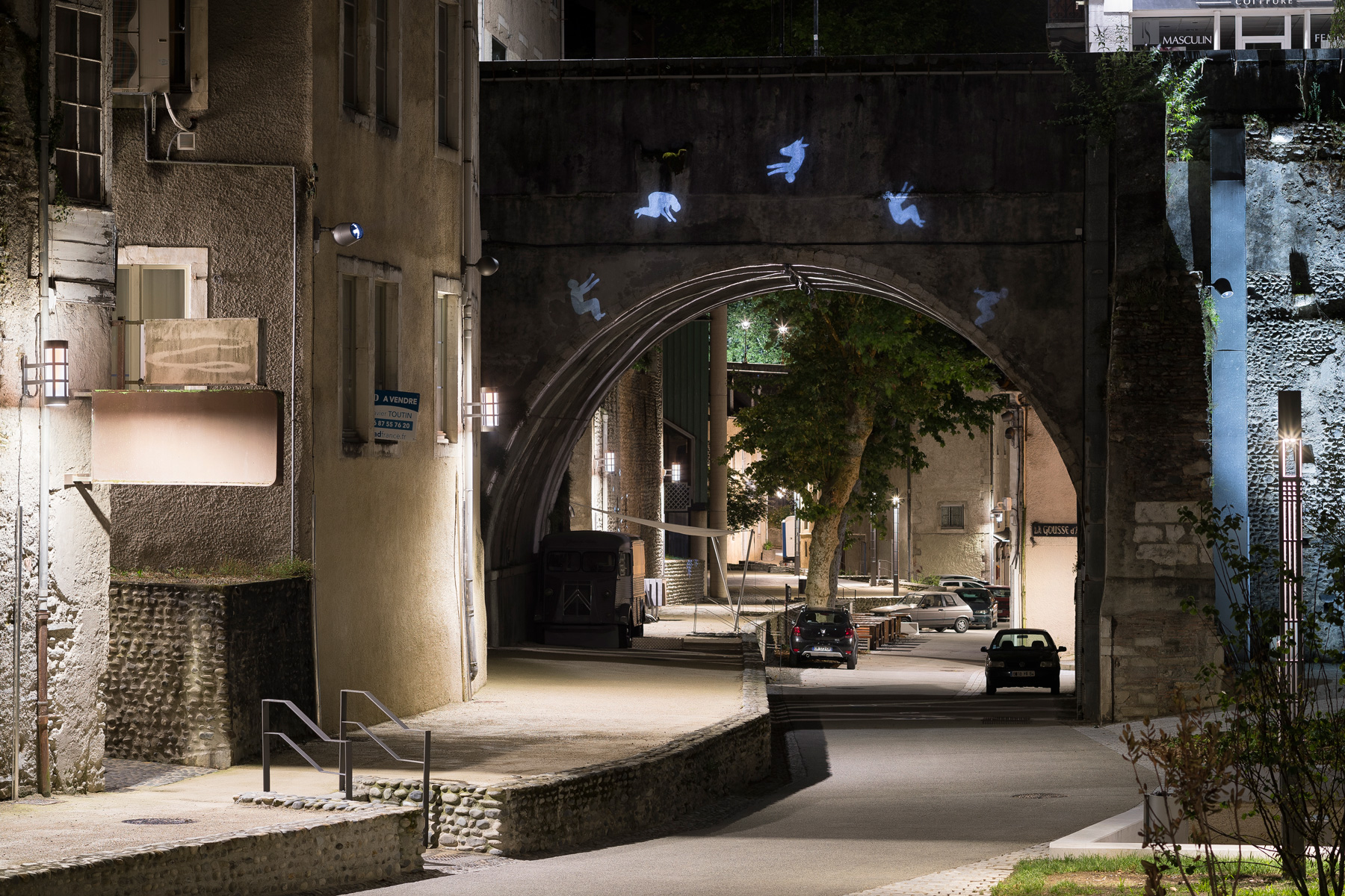 projection d'images gobo sur un pont la nuit a Pau