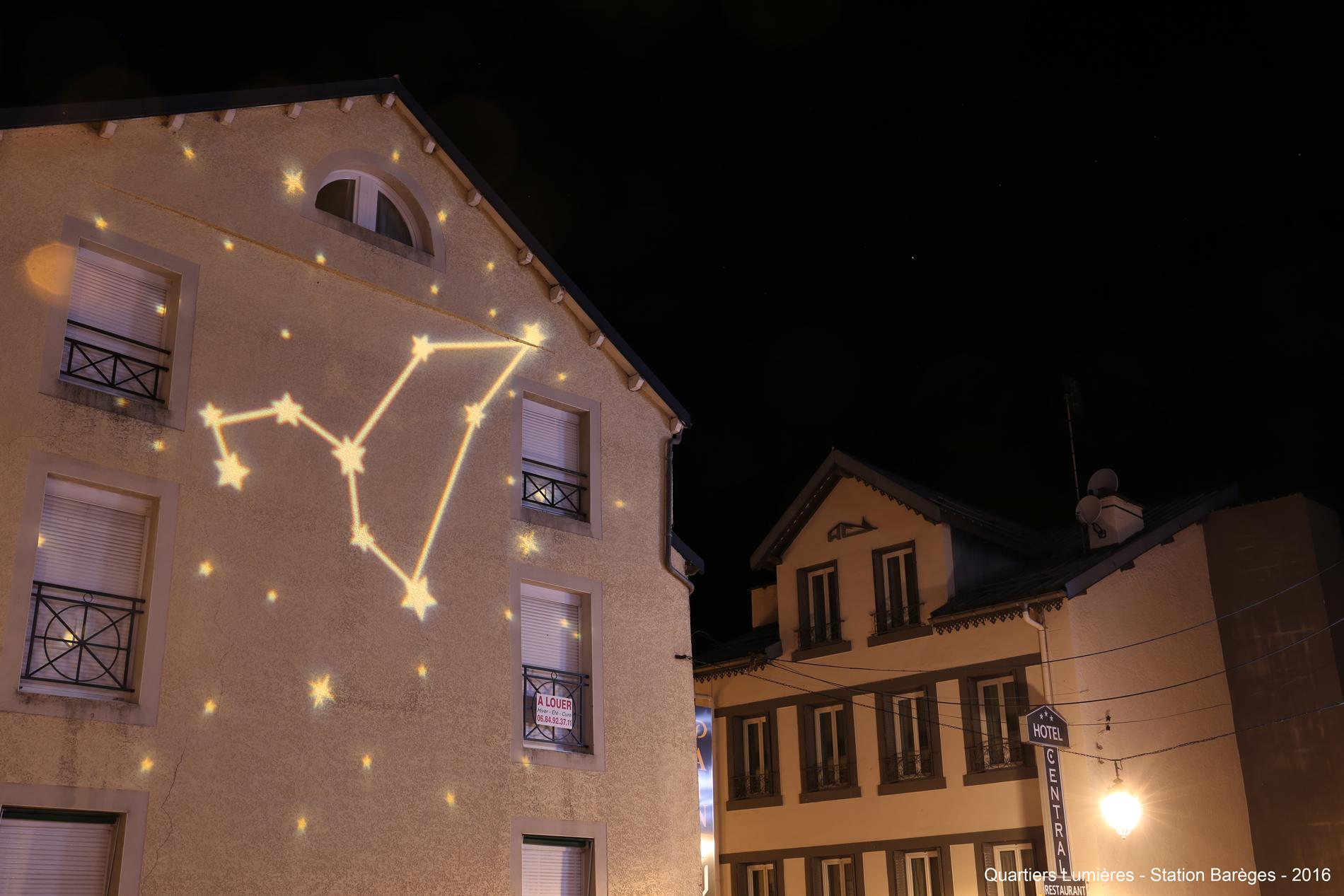 projection de constellation en lumière sur un batiment
