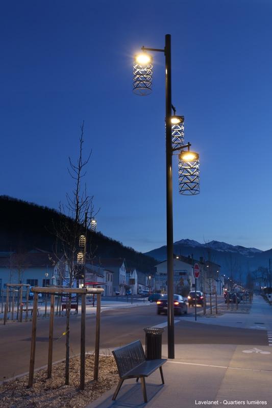 luminaire avec résille rappelant le passé industriel textile de la ville de Lavelanet