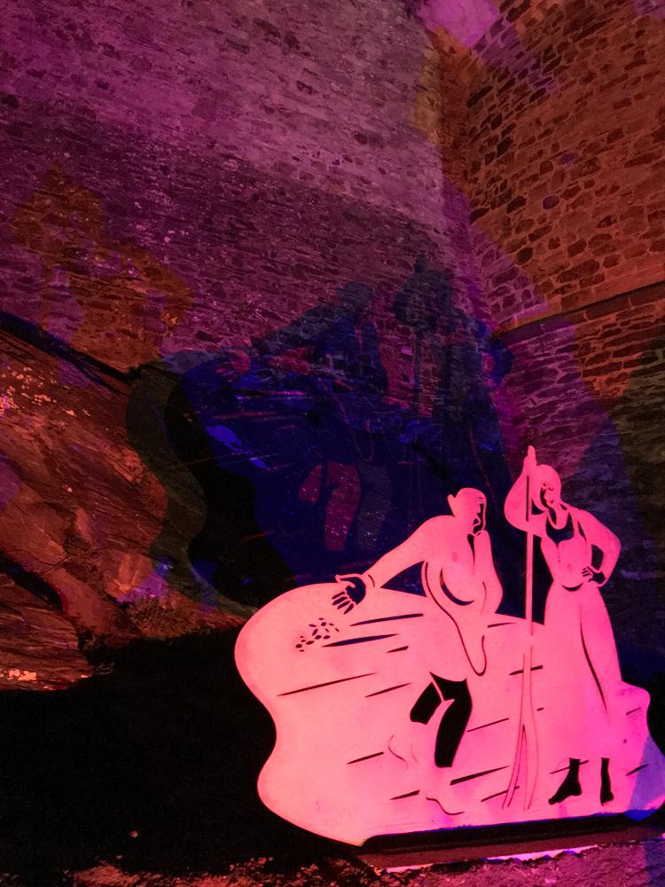 ombres colorées statue vitré paysans