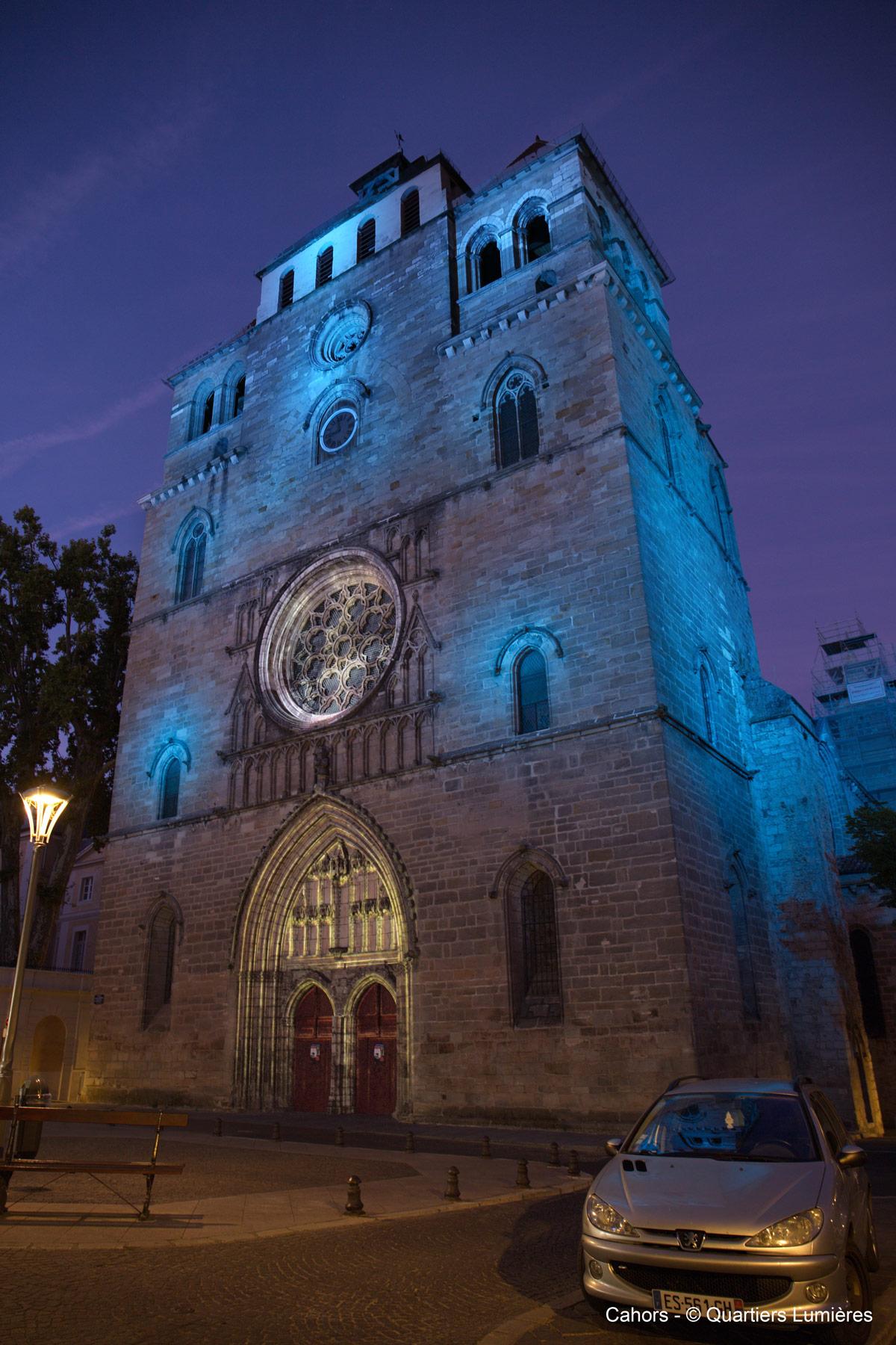 éclairage d'une cathédrale en bleu
