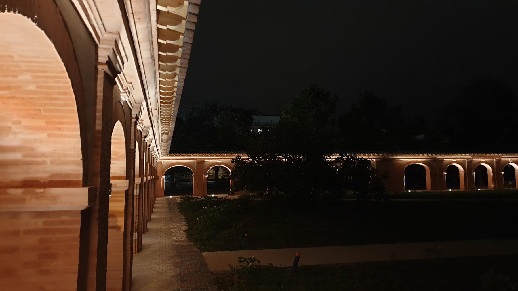 cloitre des chartreux de l'université de toulouse éclairé de nuit