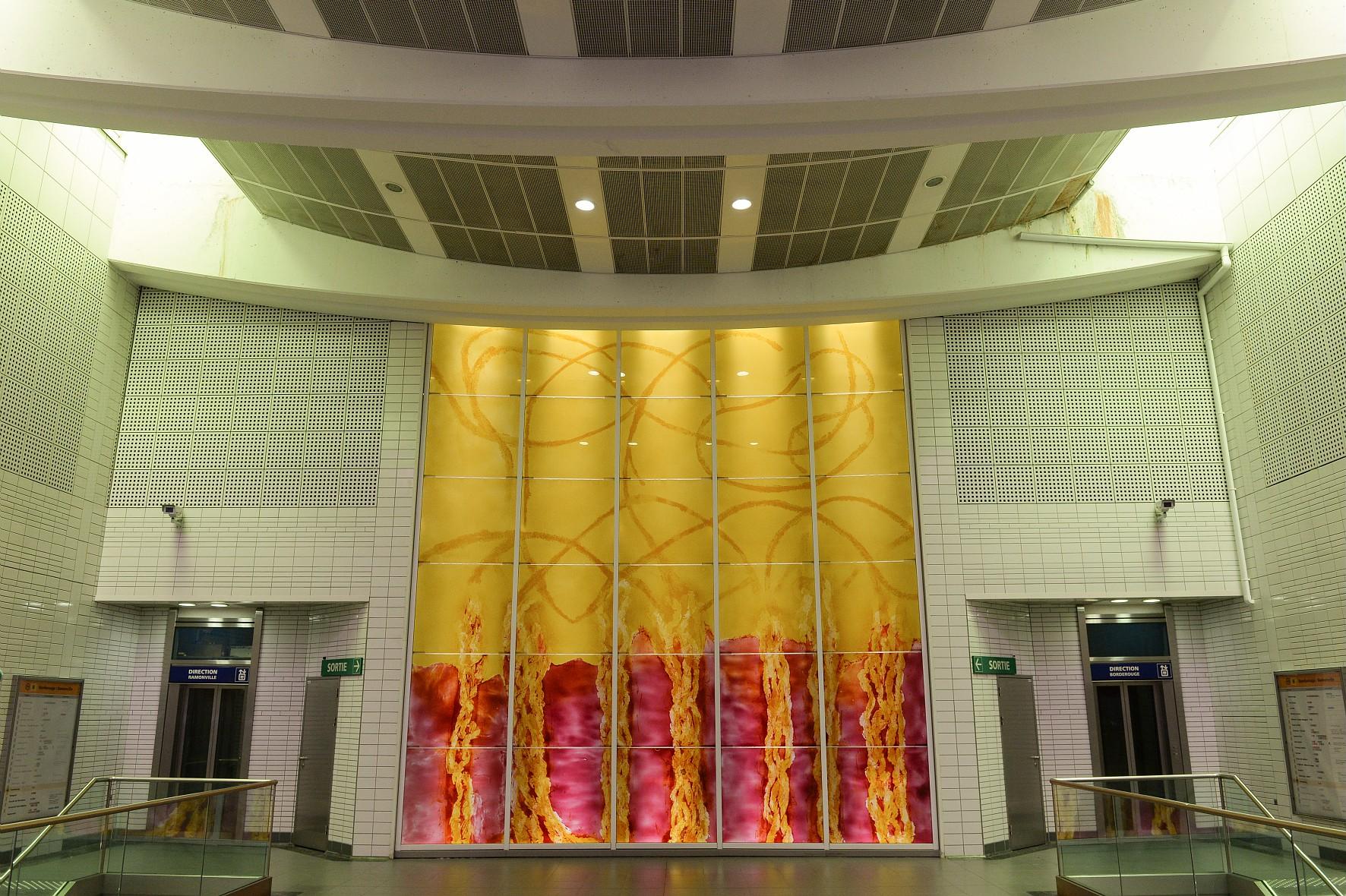 oeuvre d'art à la station Saouzelong du métro de toulouse Chaque station de métro a été conçue par un cabinet d'architecture différent.