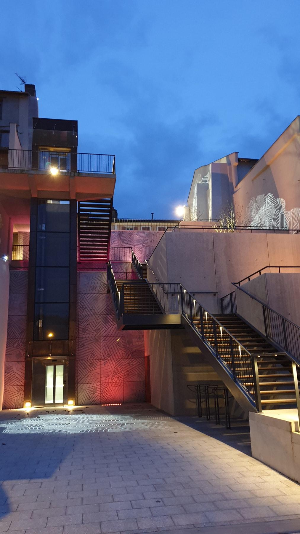 ascenseur et escaliers mis en lumière