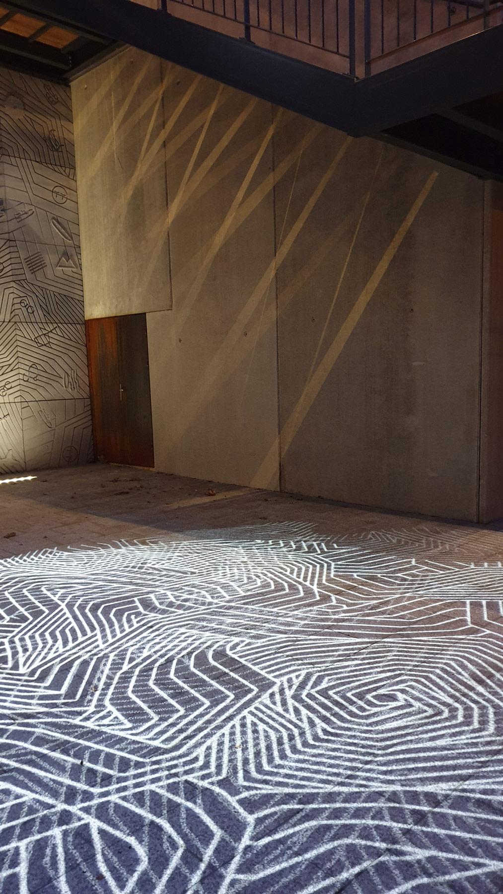 projection d'image au sol avec effet lame de lumière par des escaliers