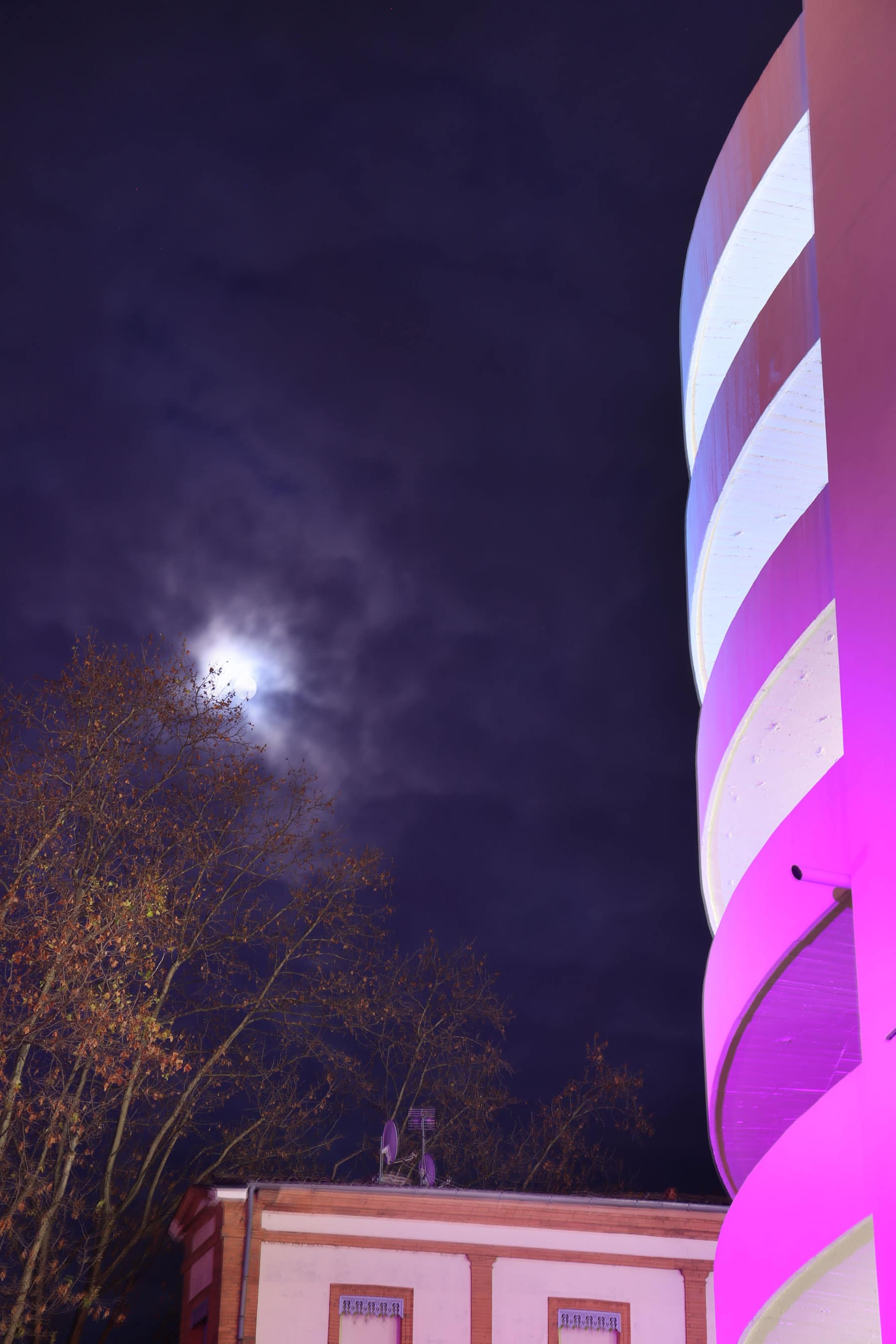 lune avec batiment éclairé pour Noel