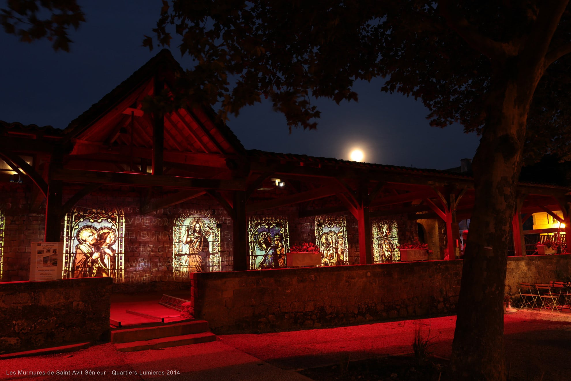 eclairage rouge avec projection d'images dans un cloitre