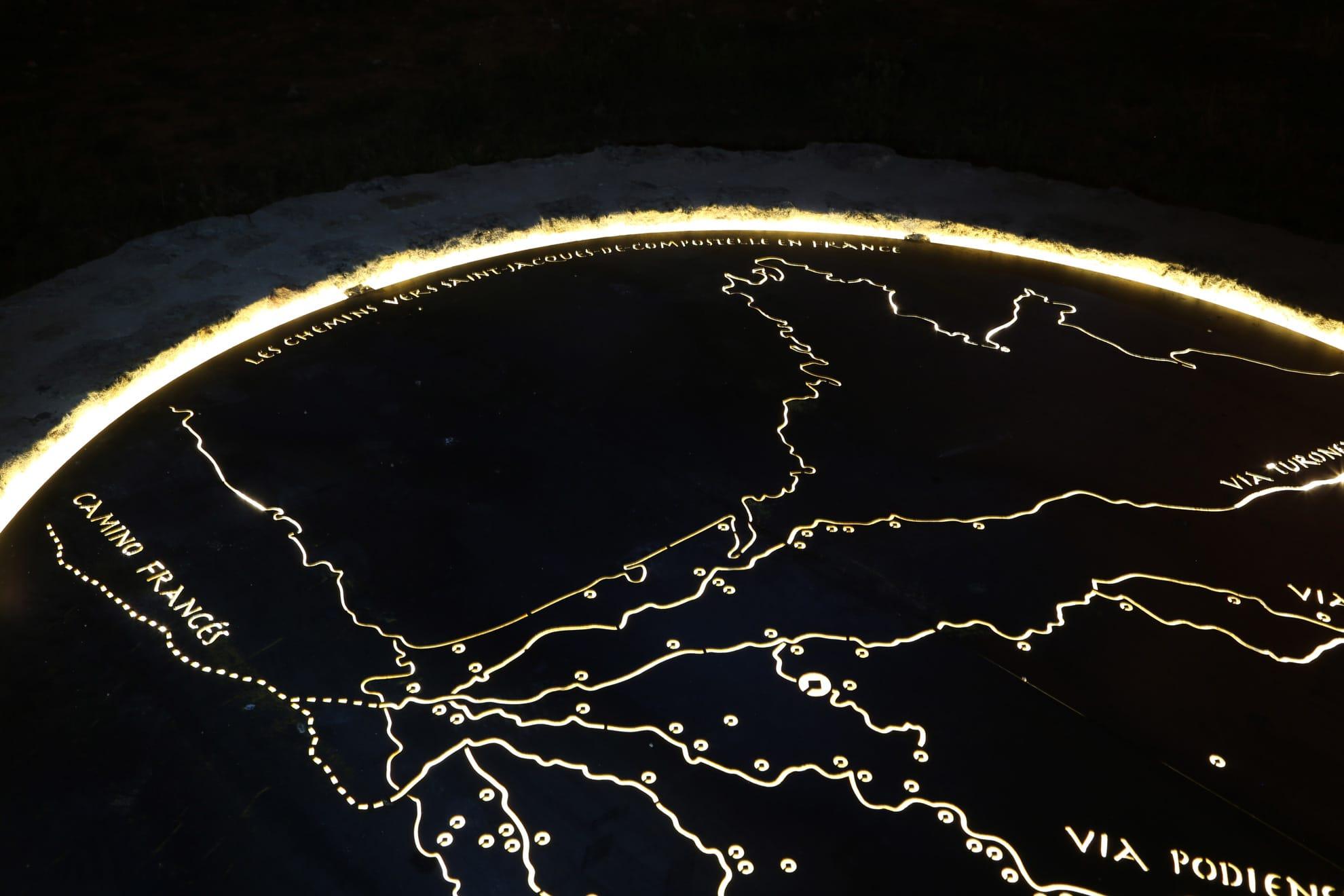 carte des chemins de saint jacques de compostelle en lumière sur découpe métal rétroéclairée