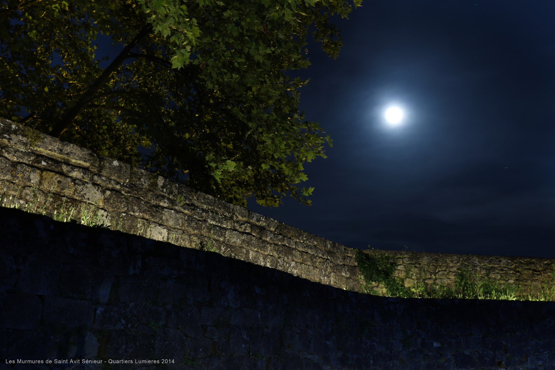 pleine lune avec mur éclairé