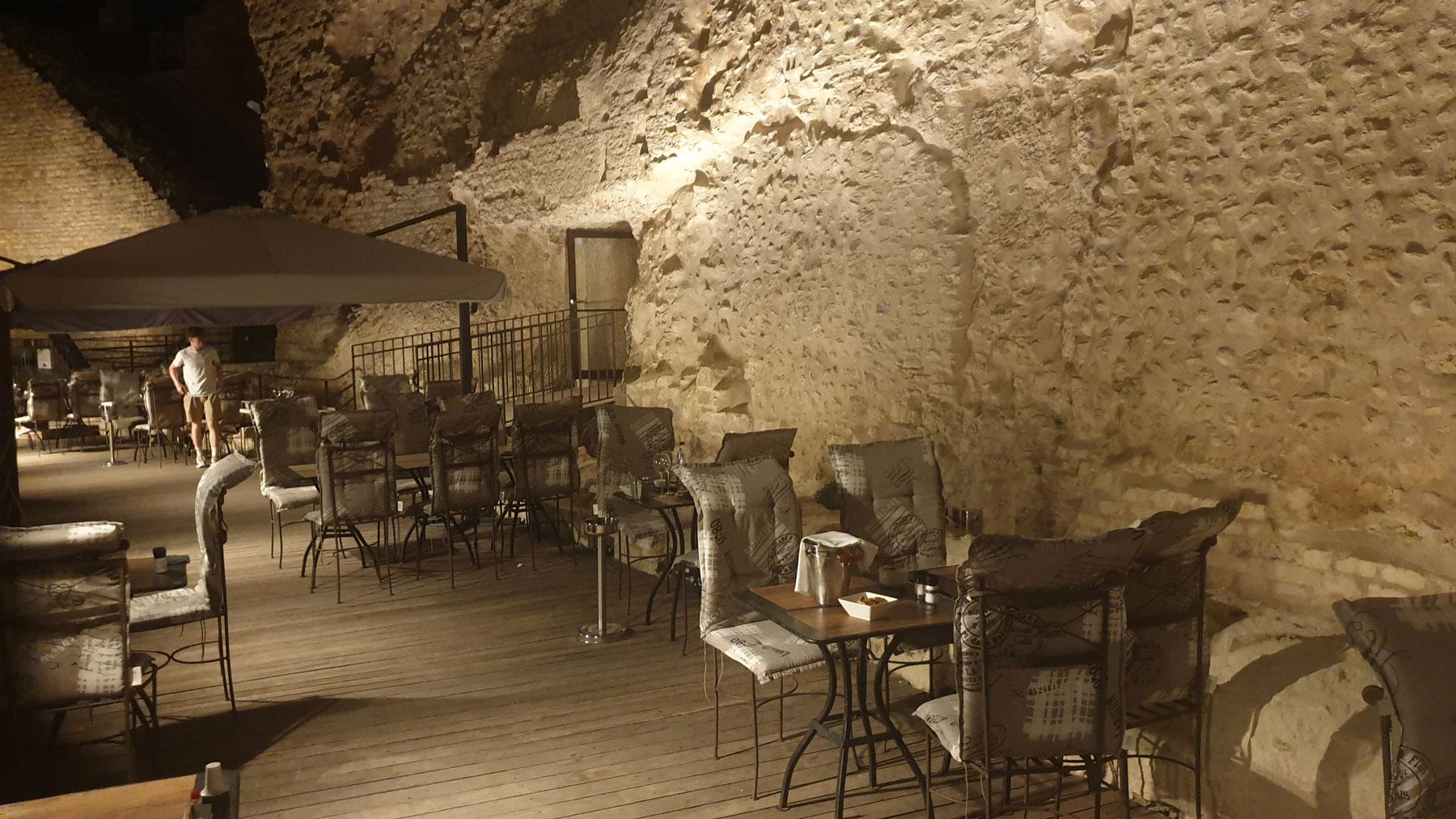 terasse de restaurant éclairée a côté du théatre antique de orange