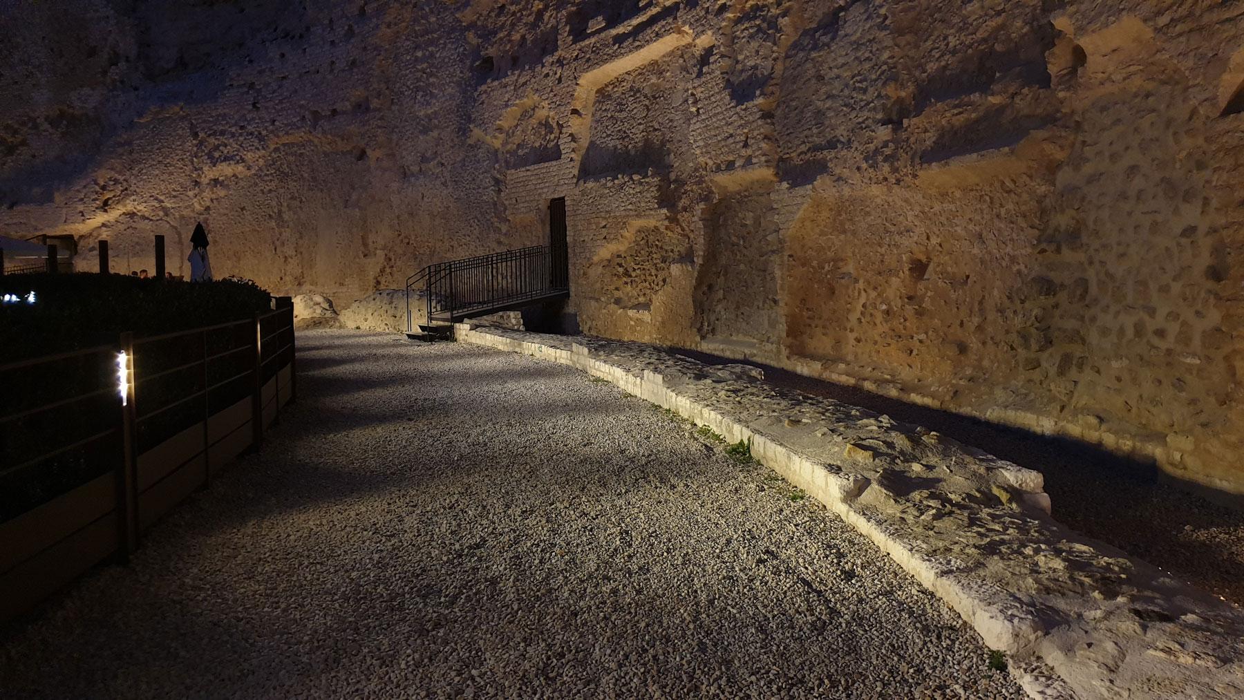éclairage de l'hémicycle d'un théatre antique romain
